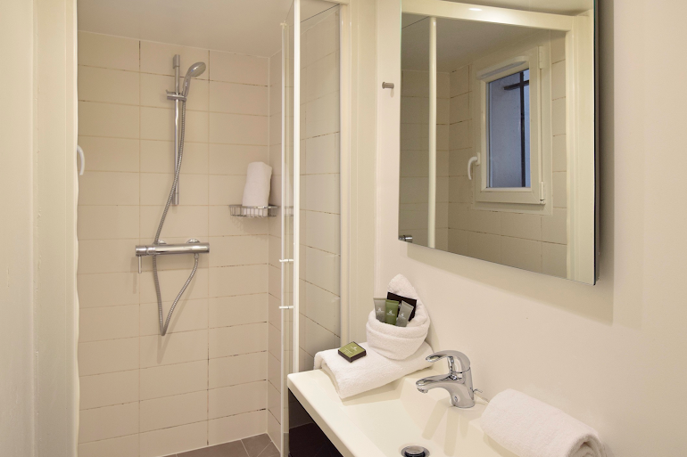 Family bathroom at Marais & Palais Royal Serviced Apartment, Opera