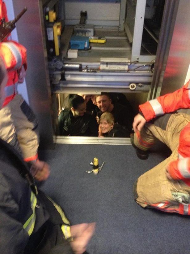 Làm theo hướng dẫn của đội cứu hộ sẽ giúp bạn thoát khỏi thang máy gặp sự cố một cách an toàn