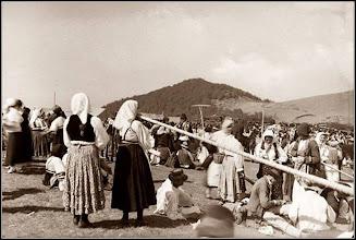 """Photo: Muntele Gaina Targul de fete - 1932   """"....sărbătoarea are o altă semnificaţie: """"Acolo, pe Muntele Găina, se adunau păstorii din trei comune, Vidra, Bolzești și Almaș și stăteau acolo cu oi, cu vaci, cu cai, cu ce aveau. Când venea vremea să coboare acasă, era vremea strânsului fânului. Atunci au vrut să facă o petrecere de despărțenie. Și așa a început Târgul de la Găina"""", îşi amintea fondatoarea grupului de tulnicărese din Avram Iancu, prof. Elena Pogan (n. 20 iunie 1925 – d. 13 decembrie 2010) din Vidra.....""""  sursa  foto si info alba24.ro http://alba24.ro/22-23-iulie-targul-de-fete-de-pe-muntele-gaina-cea-mai-mare-sarbatoare-populara-din-apuseni-traditii-si-semnificatii-582865.html   de pe Facebook, Dana Deac https://www.facebook.com/permalink.php?story_fbid=590478281340295&id=100011343845541&pnref=story"""