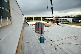 Photo: 08-11-2012 © ervanofoto Ook het dichtleggen van het dak met roofing verloopt vlot.