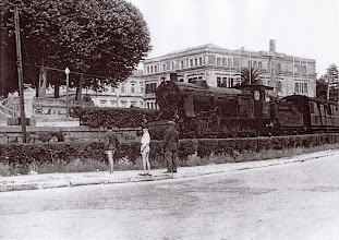 Photo: O Ferrocarril pasando pola Avenida Raíña Vitoria
