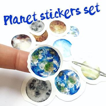 Planet stickers set !! 終於有行星貼紙喇🌐 將會在來緊幾個市集發售 19-20/3 楓糖派對 1-8pm @dreamcatcher_market  喜歡行星系列的朋友不要錯過啊,售完即止。 🔻Details 價錢: $20/set (包 本 地 平 郵) 🔻聯絡方法: Whatsapp: 67359679 Line: fingerswork Worldwide Shipping  HangSeng / BOC / PayPal  更多頸鏈: #fingersworknecklace #市集 #香港市集 #d2place #行星 #planet #禮物 #自家製 #手作飾物 #星球 #space #stickers #香港手作 #手作 #necklace #macau #art #painting #貼紙#hkonlineshop #discoverhongkong #hksnap #星空 #hkig #hkigshop #handmade #853 #galaxy