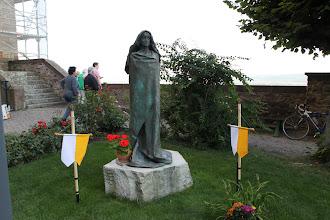 Photo: Abtei Sankt Hildegard - Paveflaget var allerede sat op inden fejringen af Hildegard dagen efter