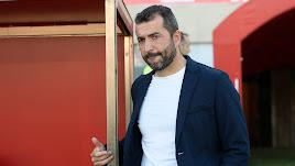 Diego Martínez llegando a su banquillo.