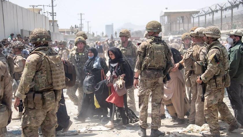 Soldados norteamericanos junto a civiles afganos.