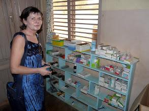Photo: Claudine dans la petite pharmacie.