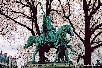 Photo: 2002-11-23. Parijs. Ruiterbeeld voor de Notre Dame.  www.loki-travels.eu