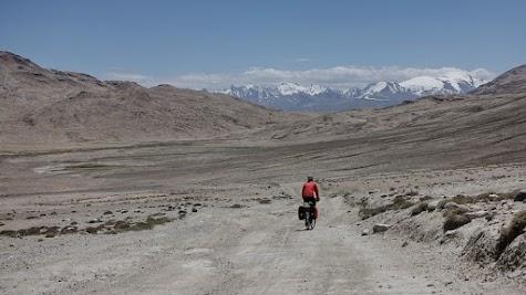 Abfahrt vom Khargush Pass. Vor uns die Gipfel des Pami.