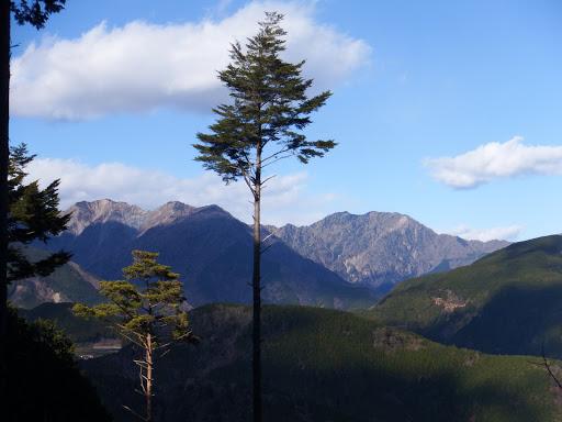 八紘嶺(右)と大谷嶺(左)