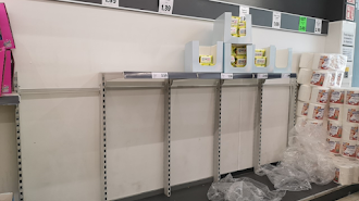 Estanterías de papel higiénico vacías en un supermercado de la capital