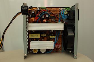 Photo: Visão interna da fonte A fonte ATX precisa de uma carga no sinal PS caso contrário ela não liga. Coloquei um resistor 18 ohms de 5W no sinal PS (cabo verde) e no terra (cabo preto).