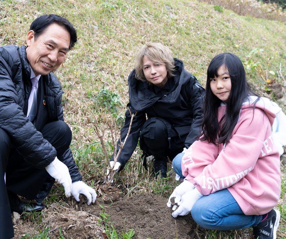 和歌山觀光大使 HYDE 回家鄉親手種植繡球花