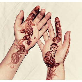 Painted by Delia Galhotra - People Body Parts ( henna, digiphotography, body parts, hands, woman, wedding, indian, paint )