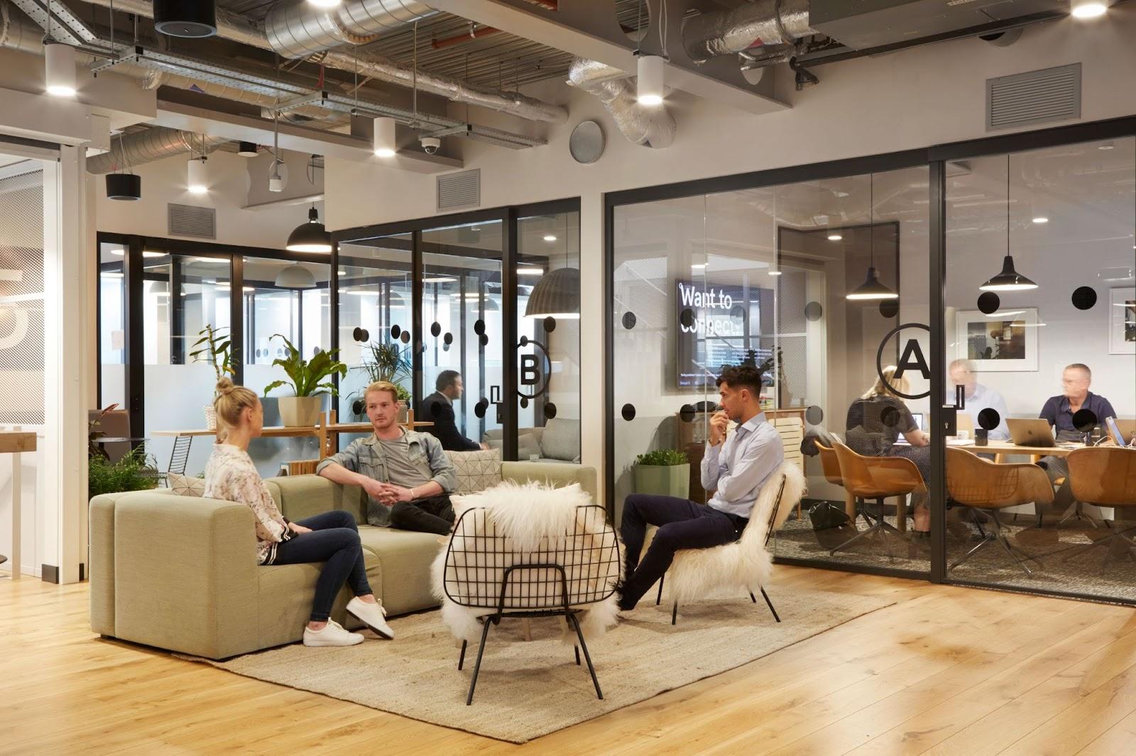 Un espace détente/cafétéria de style scandinave industriel