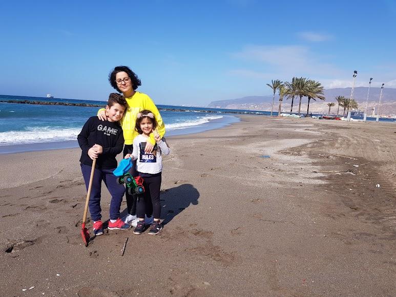 Álex (9), Neli, y Nicole (6), en el Paseo Marítimo.