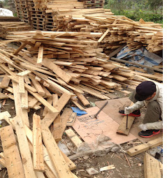 hàng loạt gỗ pallet được tháo ra để bán làm bàn ghế