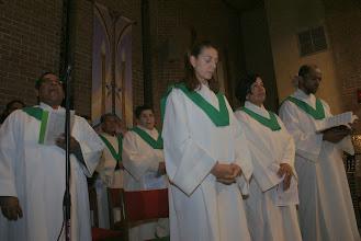 Photo: El coro de San judas Cantando y orando en la celebración de la Santa Misa a Nuestra Señora de la Altagracia