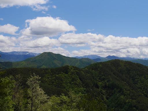 戸倉山(左)と二児山(右)、その間の奥に塩見岳