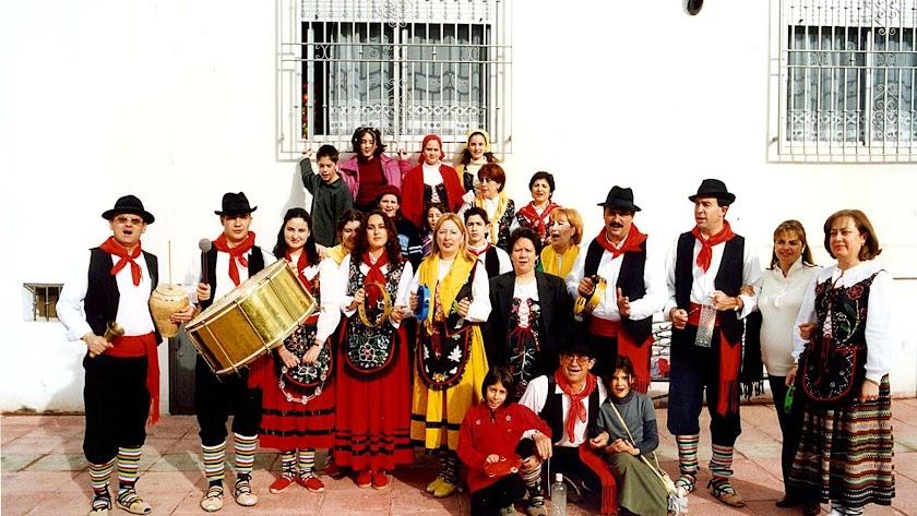 El grupo folclórico El Galayo sacando la Tambora el 25 de diciembre de 2001.