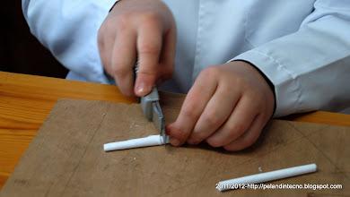 Photo: Cortando los perfiles de papel
