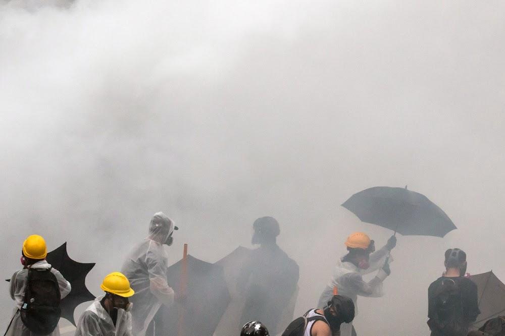 Die polisie in Hong Kong arresteer 36, aangesien betogings weer gewelddadig word
