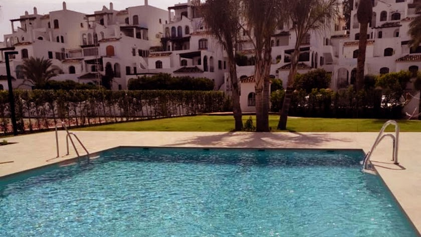 El hotel cuenta con jardines y zonas deportivas.