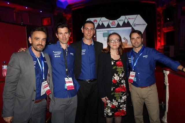 Antonia Sánchez Villanueva, subdirectora de La Voz, junto a los organizadores de eCommerce.