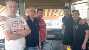 José Pérez Mañas 'el lengüetas', junto a sus hijos, su yerno y el camarero Andrés y al fondo la legendaria plancha.
