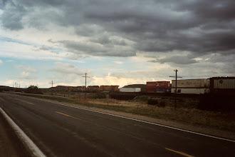 Photo: Die Eisenbahn begleitete mich pfeifend und krachend übers ganze Rennen