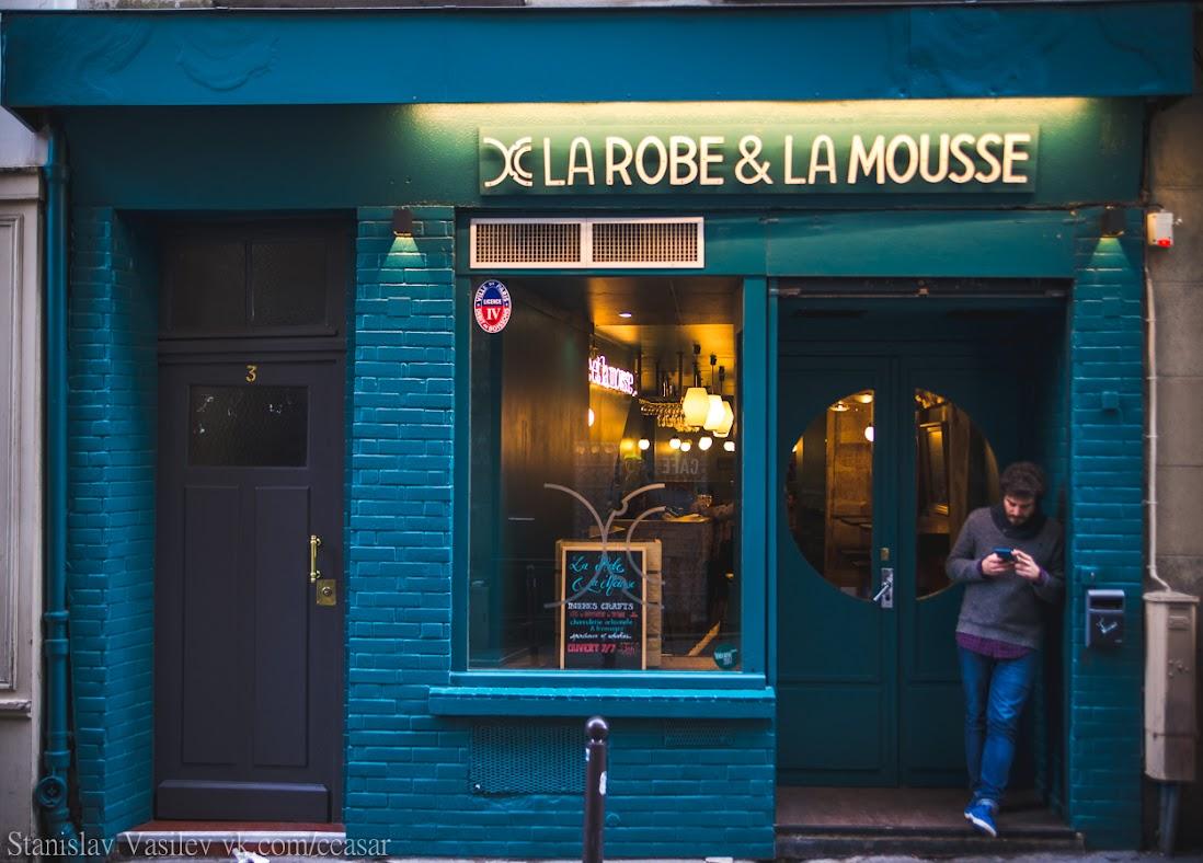 Традиционный фасад кафе в Париже