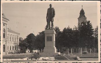 Photo: Statuia lui Dr. Ioan Ratiu - din Piata 1 Decembrie 1918 din 1940  http://omeka.bjc.ro/omeka/items/show/245  Suciu Petru https://www.facebook.com/photo.php?fbid=523048514435114&set=a.522723874467578.1073741947.100001899101978&type=1&theater  Facebook, Dana Deac https://www.facebook.com/photo.php?fbid=311386302582829&set=a.311384392583020.1073742262.100011343845541&type=3&theater
