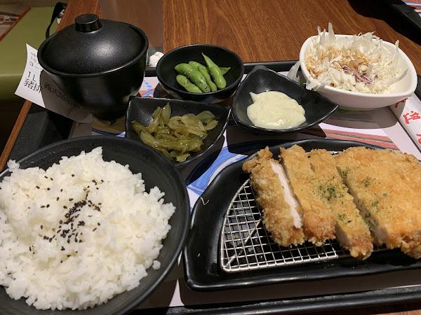 小菜:毛豆、海帶片好吃,味增湯好喝,沙拉也不錯,平價份量大。