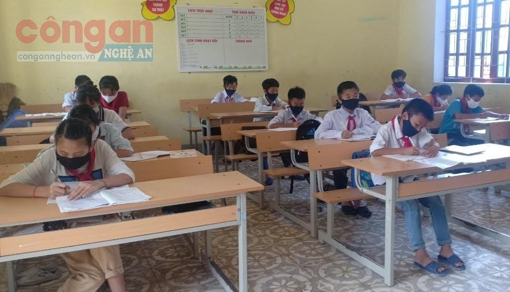 Các em học sinh trường Phổ thông Dân tộc bán trú THCS Lưu Kiền, huyện Tương Dương thực hiện việc giãn cách