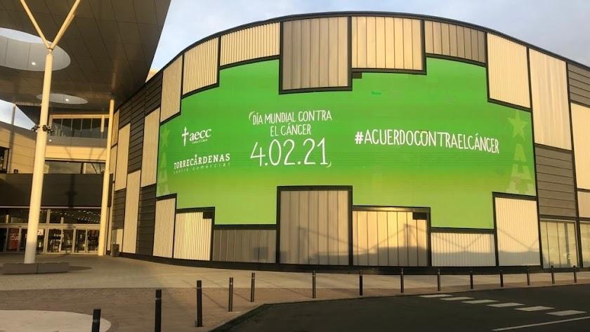 Mensajes de concienciación en la pantalla del Centro Comercial Torrecárdenas.