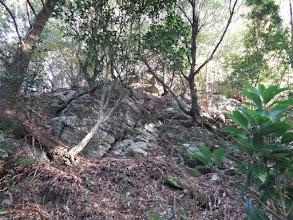 岩の下を通る