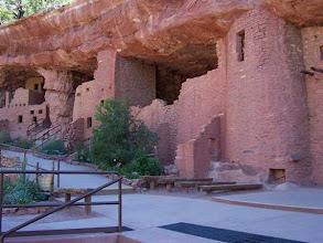 Photo: indiánské stavby pod skalami