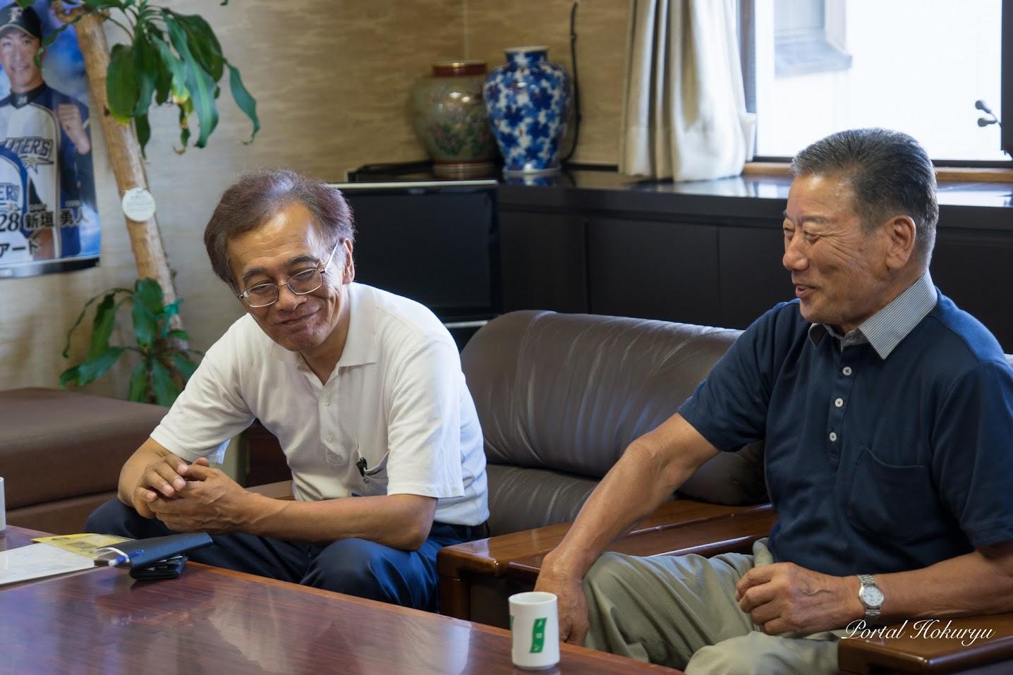 右:黄倉良二 元代表理事組合長、左:北竜支所・星野忠雄 支所長