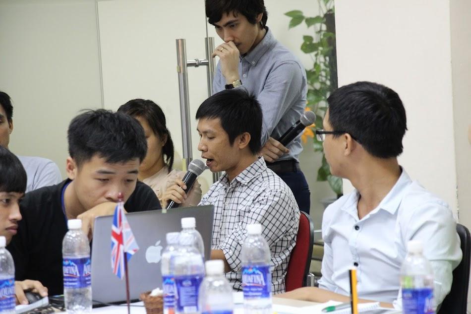 Đội Nhật đang trình bày bài thảo luận của nhóm mình