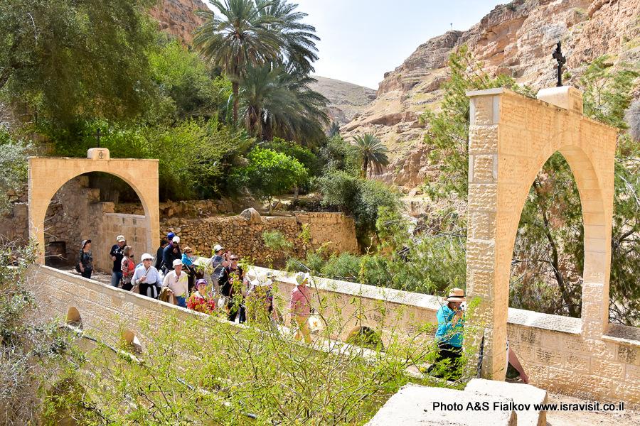 Мост через Вади Кельт. Вход в монастырь Георгия Хозевита. Израиль.
