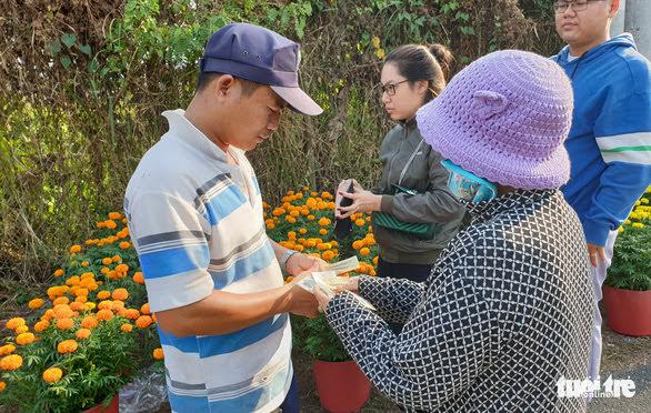 Chiều 14-1, anh Phương trở về bán bông sau khi lo hậu sự cho vợ