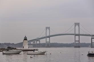 Photo: Ngọn hải đăng cổ bên chiếc cầu hiện đại.