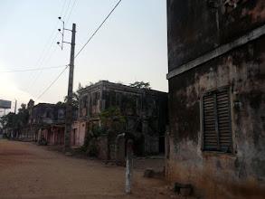 Photo: les vestiges des anciennes maisons coloniales sont encore nombreuses