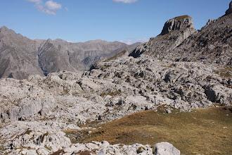 Photo: Le lapiaz qui compose l'oucane de Chabrières, est une formation géologique calcaire, créée par le ruissellement des eaux de pluie ou de fonte glaciaire qui dissolvent la roche.