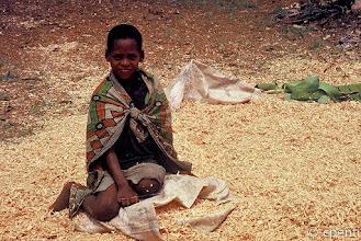 Photo: Gatenga (Rwanda) - Ragazza nella segatura / Girl in the sawdust