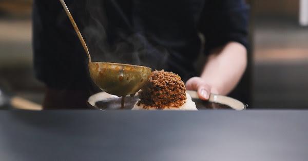 盈 豚骨カレー咖哩飯專門 台北大安區 從熬煮豚骨高湯開始製作的真咖哩