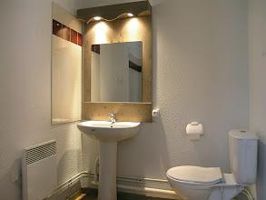 Photo: Une salle de bain avec WC en 2 pièces 5 personnes