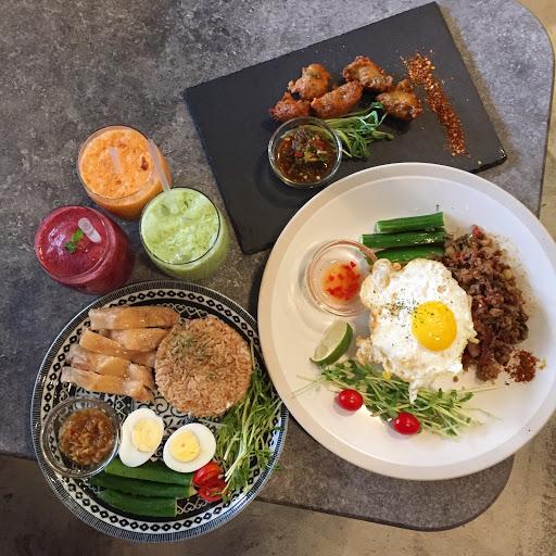 海南雞飯、泰式打拋豬、炸魚塊、綜合莓果冰沙、泰式奶茶、泰式奶綠