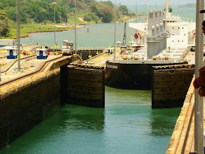 Photo: #021-Les bateaux se succèdent dans l'écluse