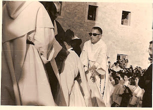 """Photo: Patio de Caleruega, 30 de Agosto de 1964, a partir de las 6 de la tarde. Este día tomó el hábito, Juan García """"Mondeño"""", debido a la cantidad de gente que se congregó ese día, venida de toda España, la ceremonia se celebró en el patio del Convento. Mondeño tomó el hábito a las 6 y 20,"""