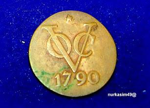 Photo: Mata uang VOC (Verenigde Oost-Indische Compagnie) tahun 1602-1799. Mata uang koin VOC ini bukanlah diedarkan tahun 1790 tetapi cetakan ulang pada masa pemerintahan Raja Willem-II di Belanda (1840 - 1844). Cetakan ulang menggunakan Muntteken : Ster (bintang) terdiri atas tiga jenis pecahan yang semuanya berbahan tembaga dengan motif yang sama tetapi diameter dan beratnya saling berbeda: - 1/2 duit (1.81 gram) - 1   duit (3.62 gram) - 2   duit (6.18 gram) http://nurkasim49.blogspot.com/2011/12/ii.html